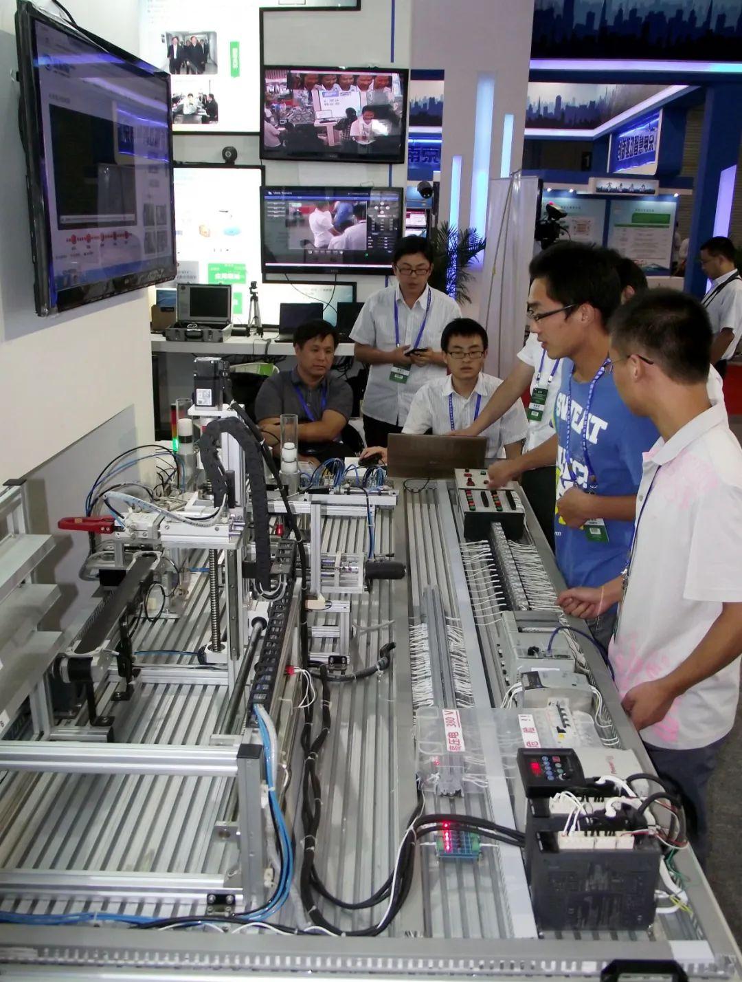 参观者在中国(南京)国际软件产品和信息服务博览会现场观看物联网智能工业软件应用演示 王启明 摄